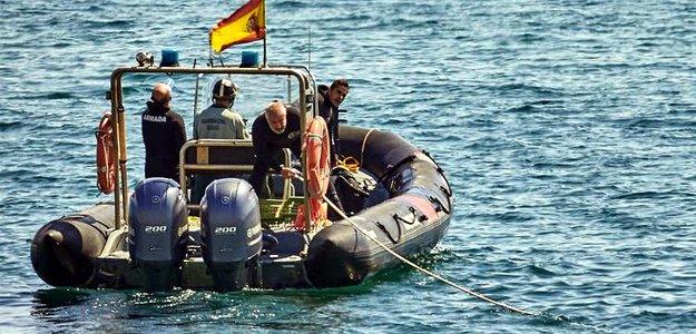 В Испании наркоторговцы спасли полицейских, упавших за борт во время погони....