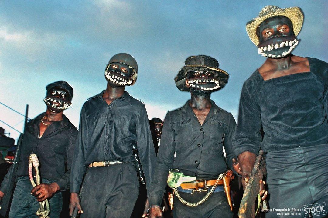 Тонтон-макуты в устрашающих масках